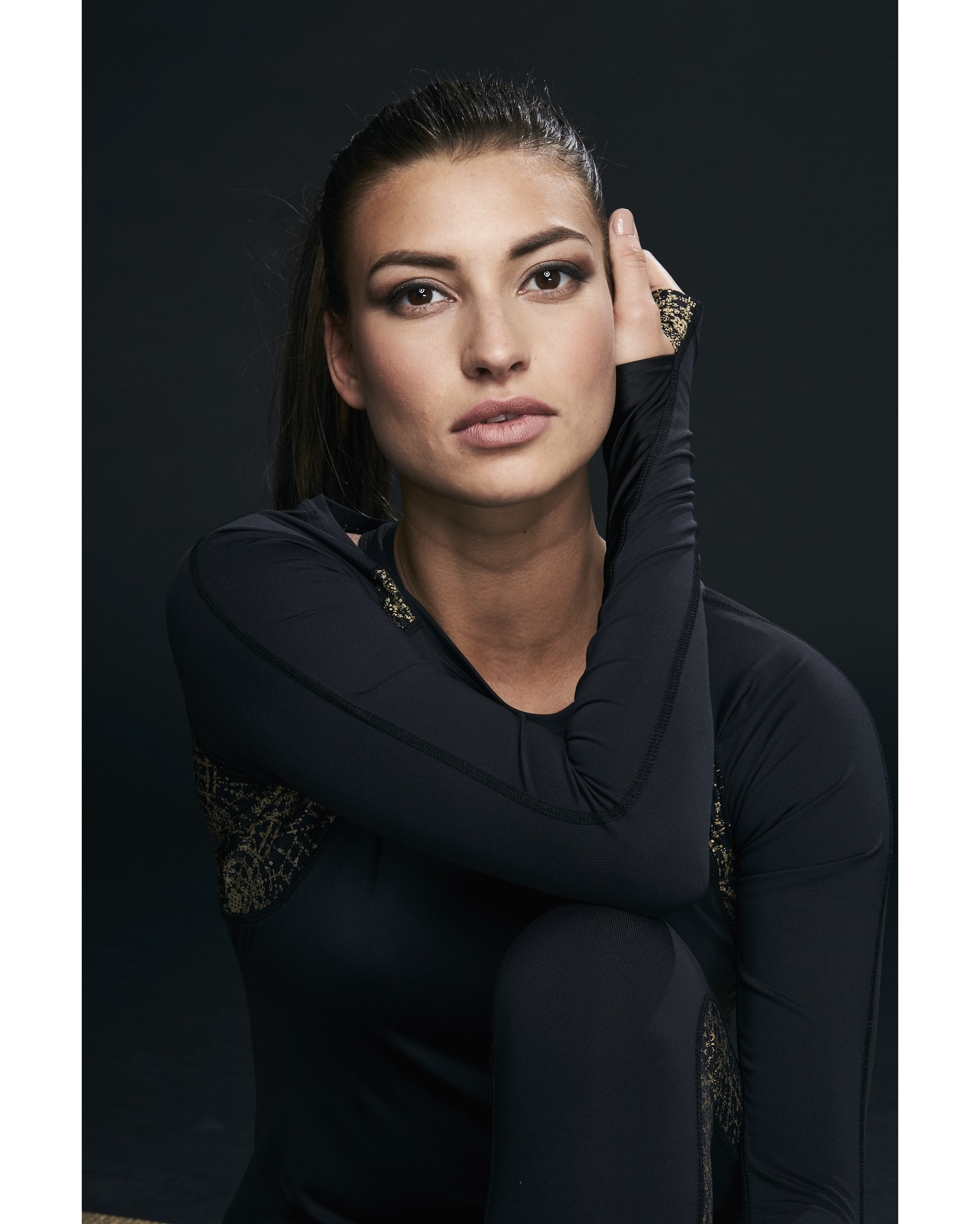 Ellesport Sleek Long Sleeved Performance Top – Black/Gold